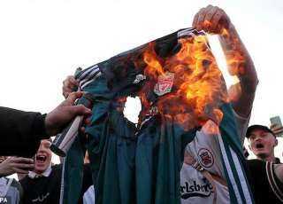 جماهير ليفربول تحرق قميص فريقها في مظاهرات حاشدة