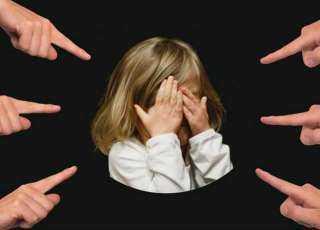 وما زال التنمر مستمرًا .. مدرسة بروض الفرج ترفض قبول طفلة لأن «شعرها مجعد»