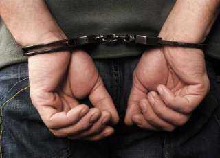 القبض على 4 متهمين احتجزوا شخصين بتحريض من آخر لإنهاء معاملات بينهم