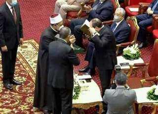 استغرق 20 عامًا.. الطيب يهدي الرئيس السيسي نسخة فريدة من مصحف الأزهر