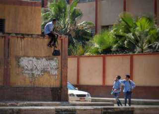 «جارٍ ملاحقة الهارب».. مواطن يقتحم مدرسة ويعتدي على المعلمات بـ«خرطوم وشومة»